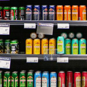 Oluttölkkejä K-Supermarket IsoKristiinassa.