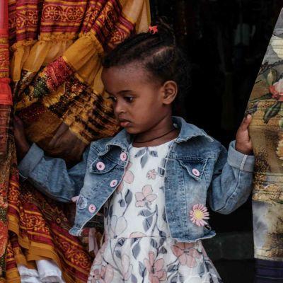 En flicka på en marknad som är öppen en gång per vecka i Mekele i den etiopiska regionen Tigray 21.6.2021.