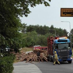 Tielle kaatunut tukkirekan perävaunu Mikkelissä elokuussa 2019.