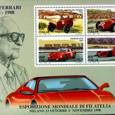 Postimerkkiarkki, jossa on Enzo Ferrarin kuva, nimi ja vuosiluvut 1898-1988 sekä neljä postimerkkiä. Postimerkeissä on Ferrari-autoja eri vuosikymmeniltä. Arkin alaosassa on Ferrari-auton yläosa sekä italiankielinen teksti Milanossa 23.10-1.11.1998 pidetystä Filatian maailmannäyttelystä.