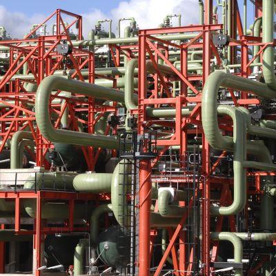 Nesteen Porvoon jalostamo on aikamoinen putkiviidakko. Ne putket, joissa kulkee uusiutuvan dieselin raaka-ainetta, on eristetty, ettei esimerkiksi kinkkurasva jämähdä viilentyessään putkistoon.