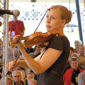 Alina Järvelä soittaa viulua Kautisen kansanmusiikkijuhlilla.