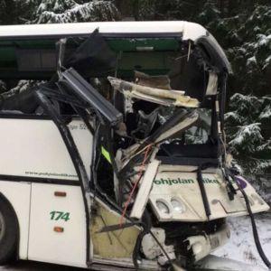 En buss som har skadats i en krock.