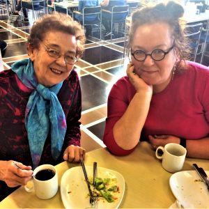 selfie ruokalassa äiti ja tytär