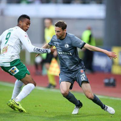 Legia Varsovan Kasper Hämäläinen (oik.) ohittaa IFK Mariehamnin Brian Spanin.