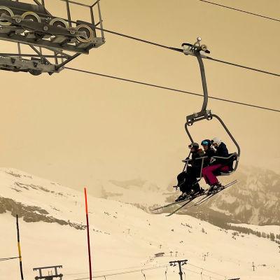 Gult snölandskap i Alperna till följd av snö från Sahara.