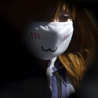 naisella maski