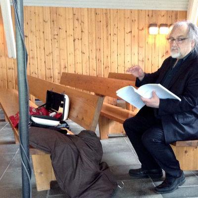 Brian Ferneyhough Viitasaaren kappelissa Schatten aus Wasser und Stein -teoksen harjoituksissa 4.7.2015.