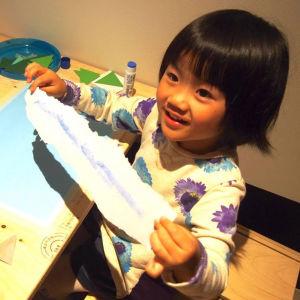 Japansk flicka gör papperskonst.