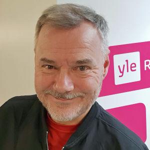Jaakko Selin poseeraa Yle Radio 1:n käytävällä.