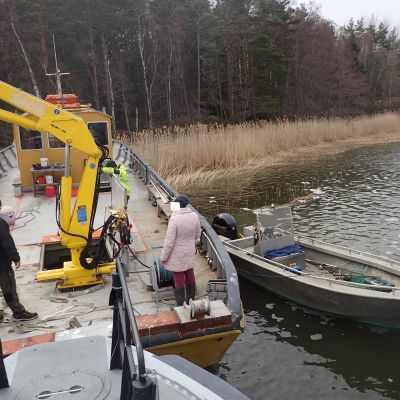 Bogserbåt körde upp på land i Tövsala.