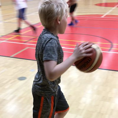Lapsi pelaa koripalloa