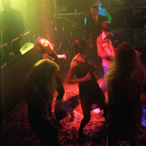 Dansande publik på disko