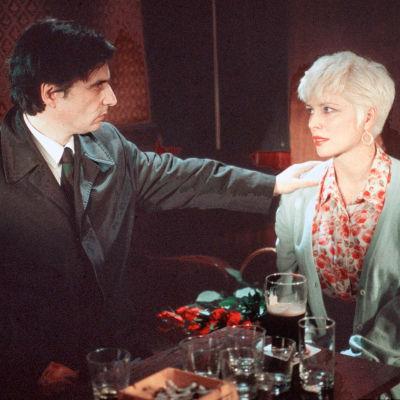 Jean-Pierre Léaud ja Margi Clarke elokuvassa I Hired a Contract Killer.