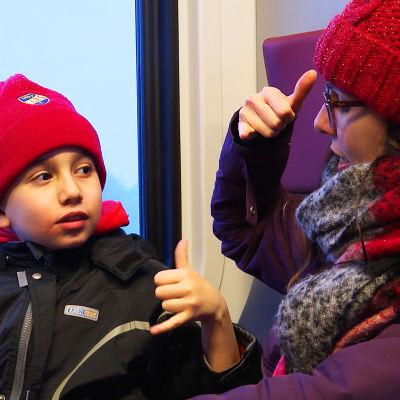 Clara Vazquez i ett lokaltåg med sin son David.