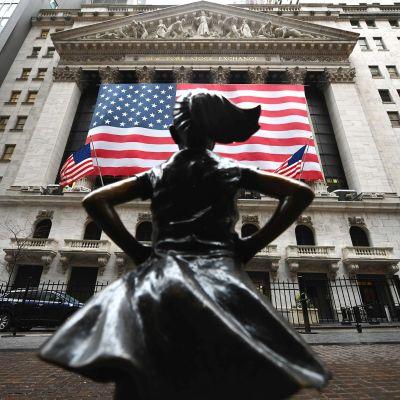 Fearless Girl -patsas New Yorkin pörssin edustalla.