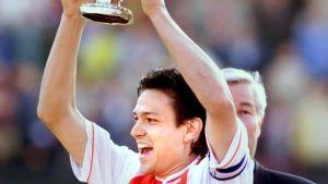 Jari Litmanen lyfter holländska cupbucklan med Ajax, maj 1999.