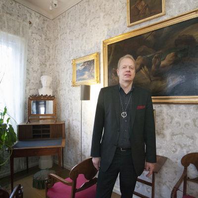 Författaren Peter Sandström i Runebergs hem i Borgå.