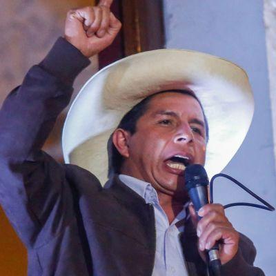 Pedro Castillo talar till sina anhängare.