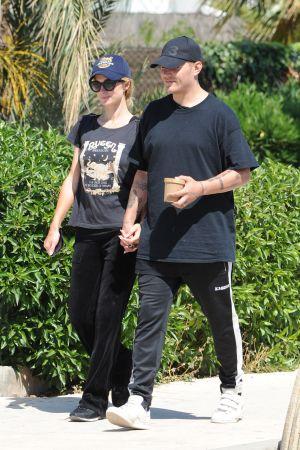 Paris Hilton och Chris Zylka går på gatan