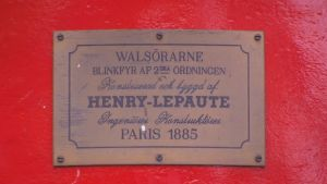 Skylt på Valsörarnas fyr med texten Henry-Lepaute Paris 1885.