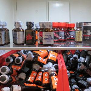 Tullens bild på små beslagtagna flaskor som innehåller poppers. Preparatens namn är bl.a. Berlin XXX, Blue Boy och Jungle Juice.