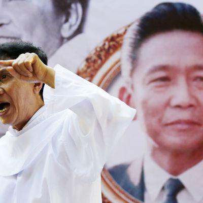 Filippiiniläispappi puhumassa messussa jossa juhlittiin edesmenneen presidentin Ferdinand Marcosin 99-vuotissyntymäpäivää Manilassa 11. syyskuuta 2016.