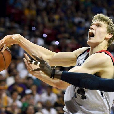 Lauri Markkasta rikotaan NBA:n kesäliigan pelissä.