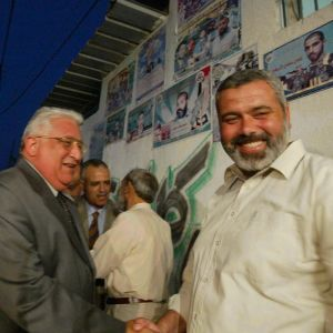 Hamas politiska ledare Ismail Hanyia skskar hand med ledaren för en egyptisk delegation till Gaza.