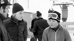 Pojkar i slalombacke intervjuas av Caj Stålström, 1971