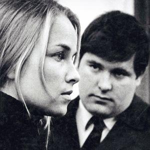 Vihreä leski on kuvaus1960-luvun suomalaisen asumalähiön arkitodellisuudesta. Rooleissa Eija Pokkinen ja Matti Siitonen.
