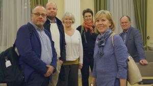 Avgående fullmäktigeordförande Anna-Maja Henriksson (SFP) omgiven av partikamraterna Conny Englund, Anders Sandlin, Jaana Silander, Marika Kjellman och Owe Sjölund.