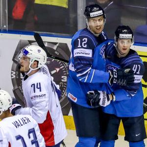 Finland firar ett mål mot Storbritannien.