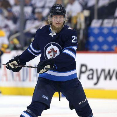 Patrik Laine kaukalossa NHL:n pudotuspeliottelussa Nashville Predatorsia vastaan.
