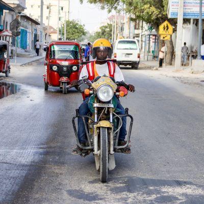 Gulivery-firman lähetit pääsevät ohi tiesulkujen myös silloin, kun Mogadishussa on tapahtunut pommi-isku.