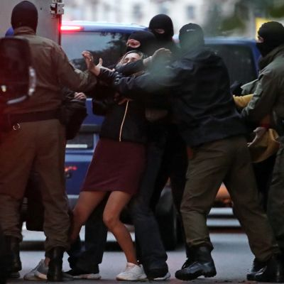 Turvallisuusjoukot pidättämässä naista