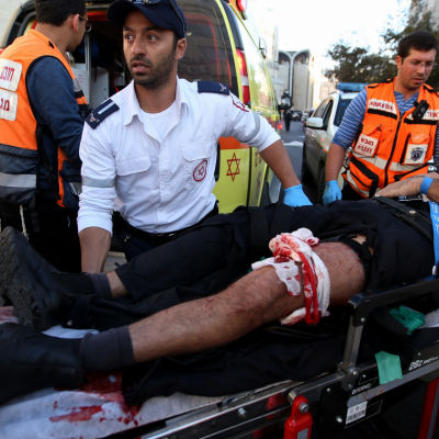 Ambulanspersonal tar hand om skadade efter attack mot synagoga i Jerusalem