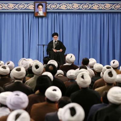 Irans ledare Khamenei talar inför publik.