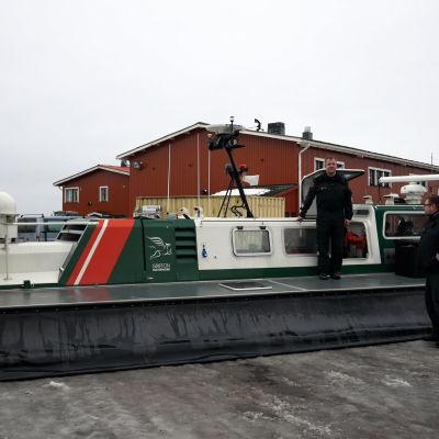 Merivartiolaitos käyttää talvisin liikkumiseen moottorikelkkoja sekä ilmatyynyalusta.