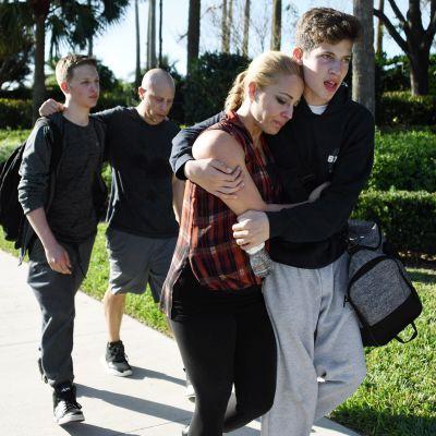 Opiskelijoita Marjory Stoneman Douglas High Schoolin edustalla Floridan Parklandissa.