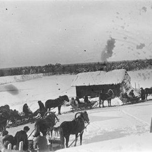 kokkarilaisen kauppiaan vaimon Helena Patrosen hautajaissaattue lähdössä vainajan kotitalon pihalta. Karjalan Liiton kokoelma, 1928