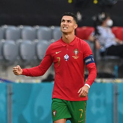 Cristiano Ronaldo juhlii maaliaan.