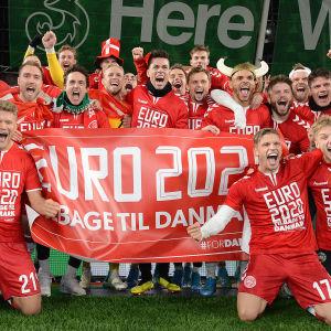 Danmarks herrlandslag i fotboll firar EM-plats med lagbild.