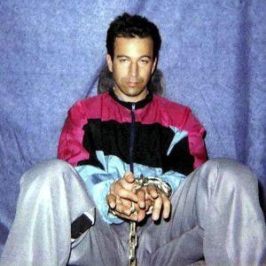 Vuonna 2002 siepattu ja murhattu amerikkalaistoimittaja Daniel Pearl terroristien ottamassa kuvassa, kädet sidottuna.