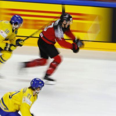 Ruotsin Dennis Everberg ja Kanadan Jeff Skinner.
