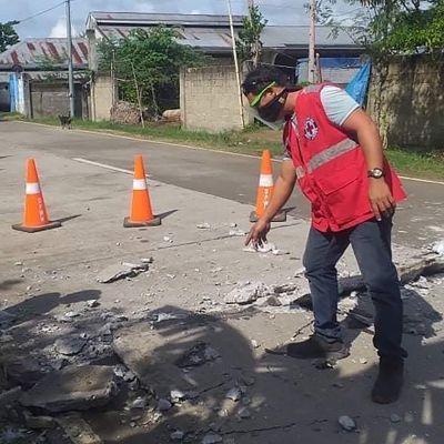 Maanjäristys mursi tien Catainganissa, Filippineillä tiistaina.
