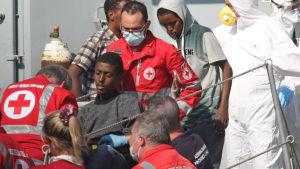 Överlevande efter båtolyckan utanför Libyens kust har förts till Sicilien.