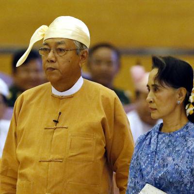 Burmas nya president Htin Kyaw anländer  i sällskap av Aung San Suu Kyi till parlamentet för att svära sin presidented den 30 mars 2016.