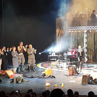 Rovaniemen Teatterin Cabaret-esityksen työryhmä kiittää yleisöä 26.10.2019.