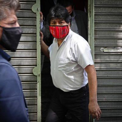 Evo Morales poistumassa lehdistötilaisuudesta Buenos Airesissa.